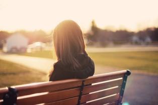 joven-sentada-en-un-banco
